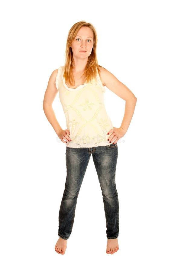 Junge Frau in der Oberseite und in der Blue Jeans lizenzfreies stockfoto