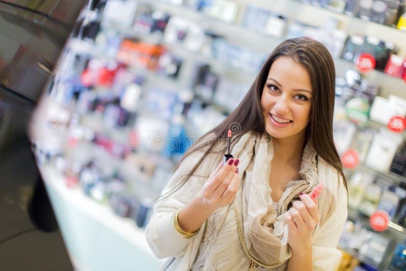 Junge Frau in der Parfümerie lizenzfreies stockbild