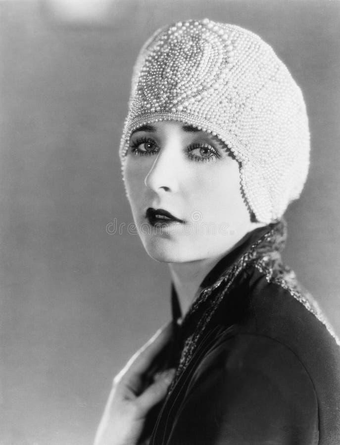 Junge Frau in der perlenbesetzten Kappe (alle dargestellten Personen sind nicht längeres lebendes und kein Zustand existiert Lief lizenzfreies stockbild