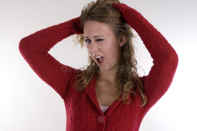 Junge Frau in der roten Strickjacke stockfotos