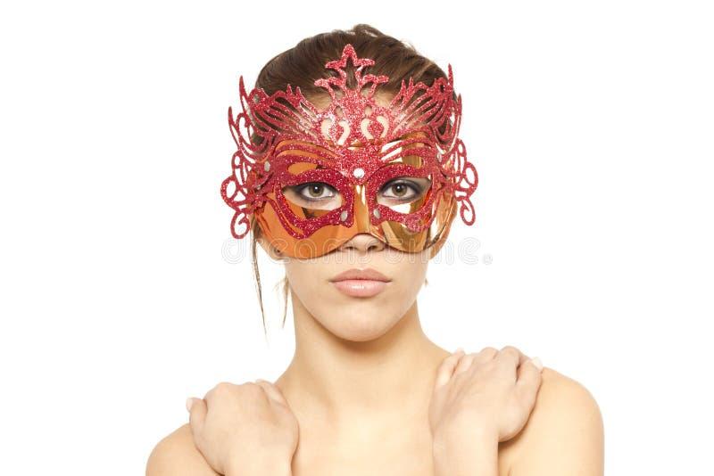 Junge Frau in der roten venetianischen Schablone stockfoto