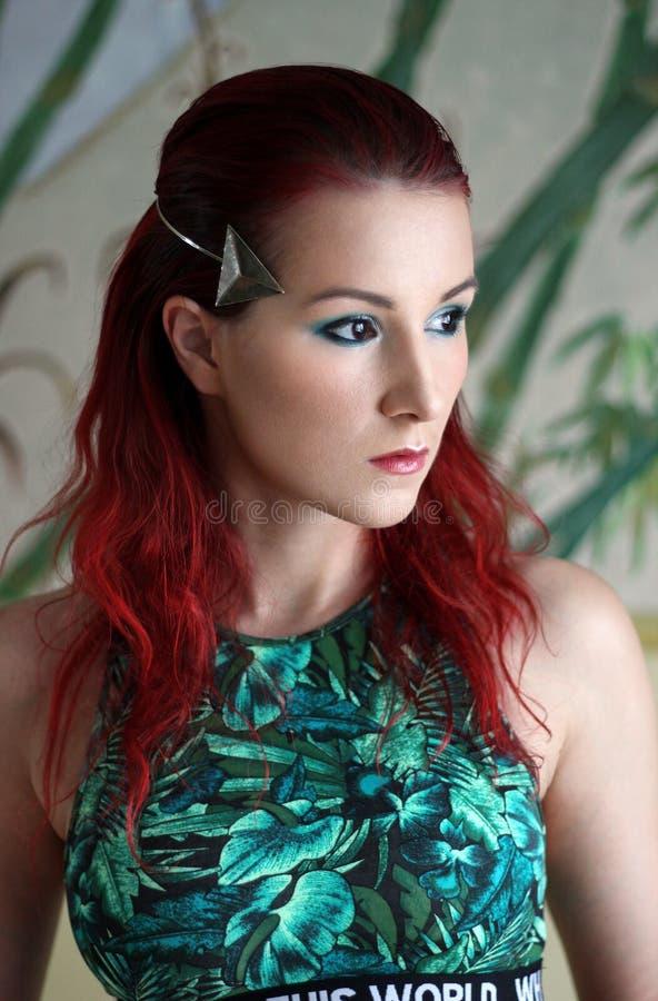 Junge Frau der Rothaarigen in der hellgrünen Spitzen- und Silbertiara stockfotografie
