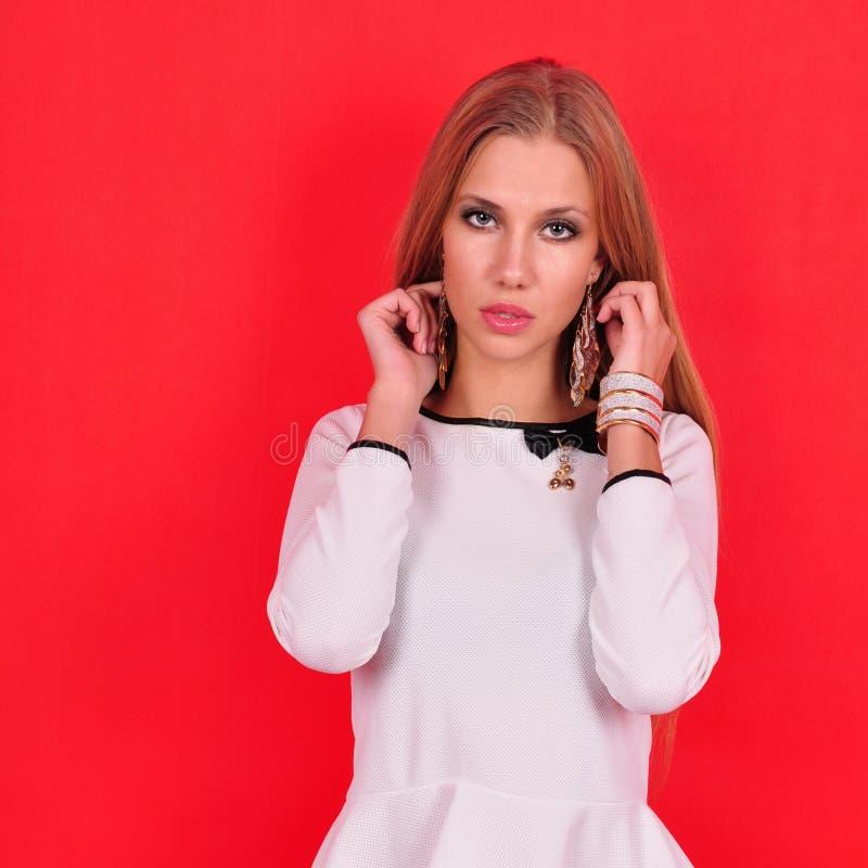 Junge Frau der schönen Mode mit Schmuckzubehör lizenzfreies stockbild