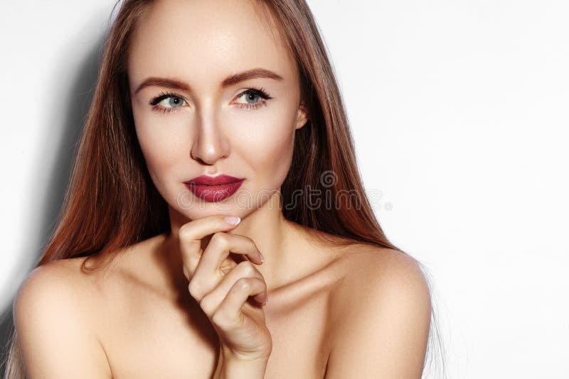 Junge Frau der Schönheit auf Weiß Schönes vorbildliches Girl mit Make-up, rote Lippen, perfekte frische Haut Flirtendes ausdrucks lizenzfreies stockbild