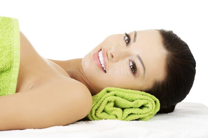 Junge Frau der Schönheit, die im Badekurort sich entspannt. lizenzfreie stockfotos