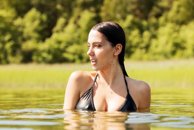 Junge Frau der Schönheit, die im See steht stockbilder