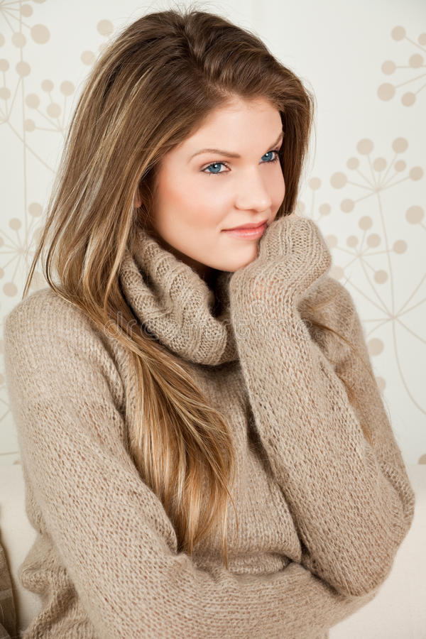 Junge Frau der Schönheit, die warme Strickjacke trägt lizenzfreies stockfoto