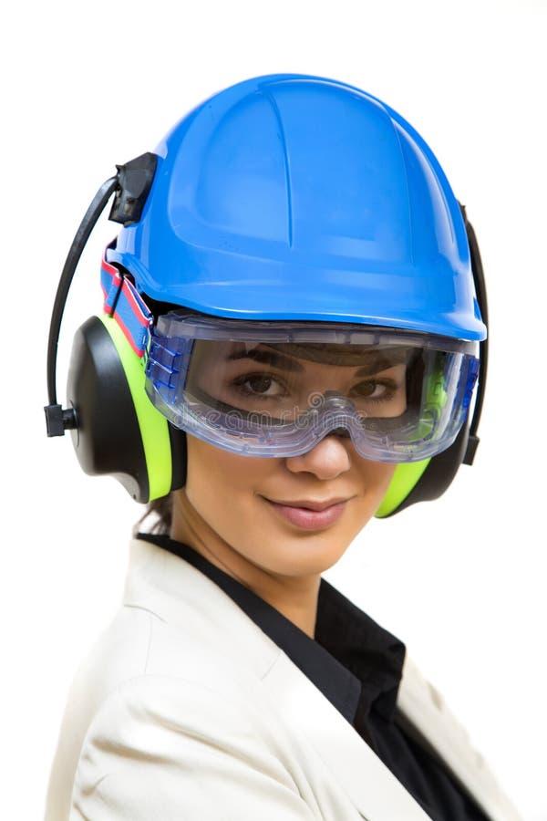 Junge Frau in der schützenden Arbeitskleidung stockfoto