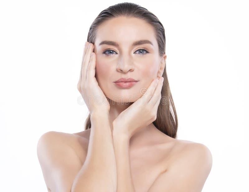 Junge Frau der Sch?nheit mit perfekter Gesichtshaut Gesten f?r Anzeigenbehandlung Badekurort und Cosmetology lizenzfreie stockbilder