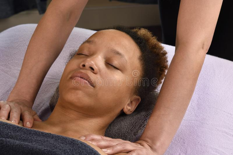 Junge Frau der Schulter-Massage am Tagesbadekurort lizenzfreie stockfotos