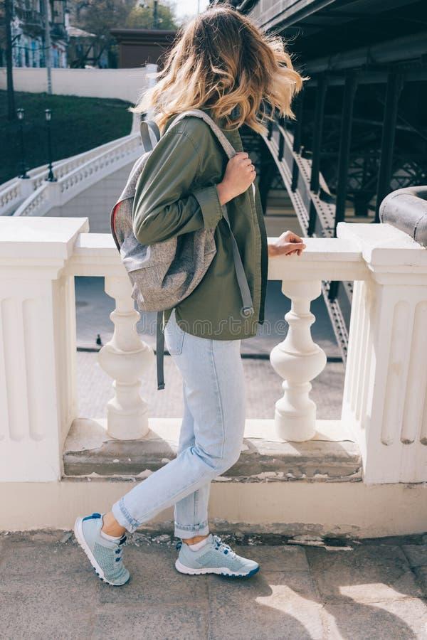 Junge Frau der Seitenansicht mit dem luftigen Haar lizenzfreie stockbilder