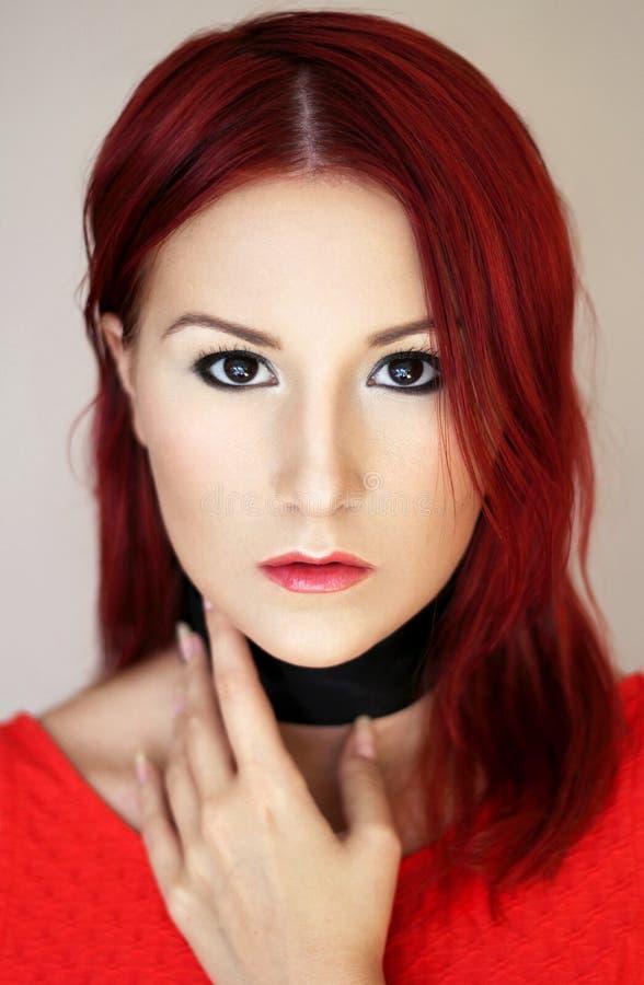 Junge Frau der sexy Rothaarigen im Porträt der roten Spitze stockfotografie