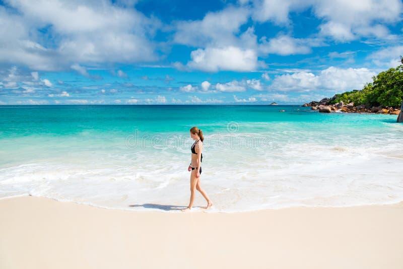 Junge Frau der Strand lizenzfreie stockbilder