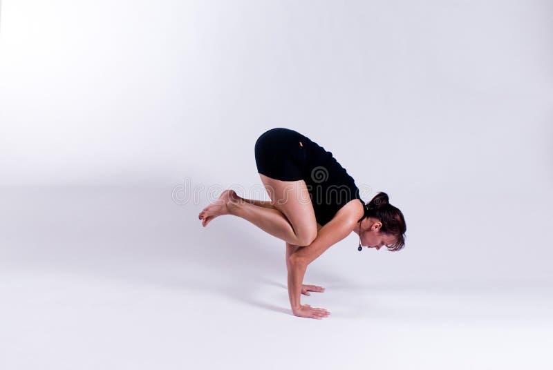 Junge Frau in der Yogahaltung lizenzfreie stockbilder
