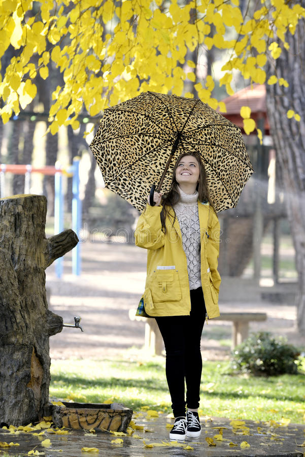 Junge Frau des Glückes mit Regenschirm lizenzfreie stockbilder