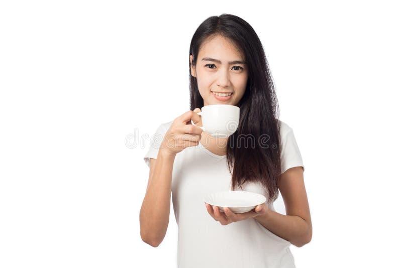 Junge Frau des Porträts, die weiße Kaffeetasse hält stockfotos