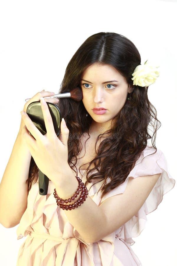 Junge Frau des Portraits, die Blusher anwendet lizenzfreies stockbild