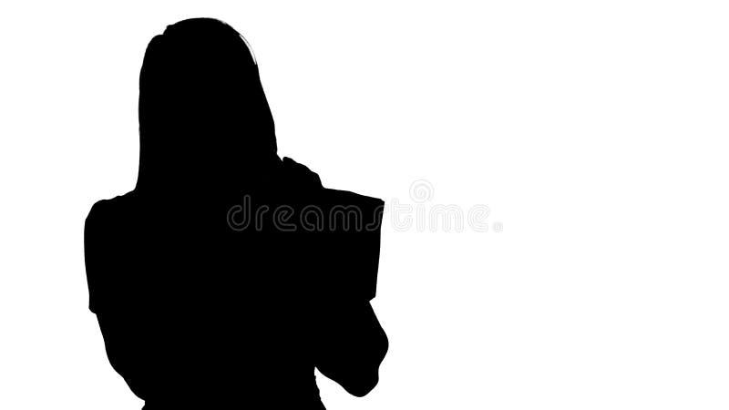 Junge Frau des Schattenbildes mit Einkaufstaschen sprechend am Handy vektor abbildung