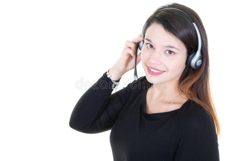 Junge Frau des Telemarketingspezialisten, welche die Kamera lokalisiert auf Weiß betrachtet lizenzfreie stockfotografie