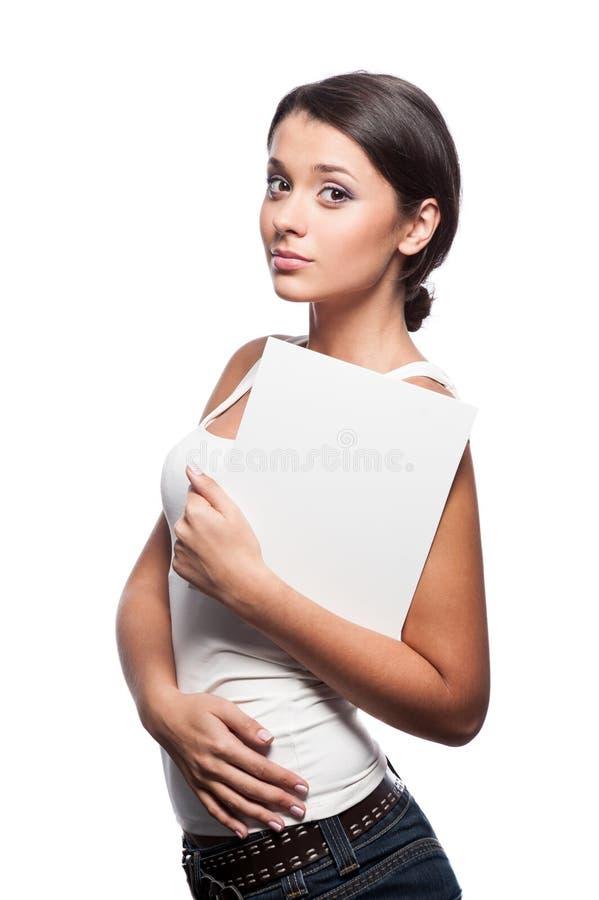 Zufälliges junges Brunettemädchen, das Zeichen hält lizenzfreie stockfotografie