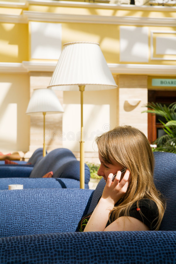Junge Frau, die über Handy spricht lizenzfreie stockfotos