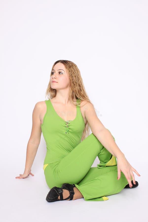 Junge Frau, die Übung ausdehnend tut lizenzfreie stockbilder