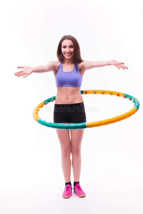 Junge Frau, die Übungen mit Band tut lizenzfreie stockbilder