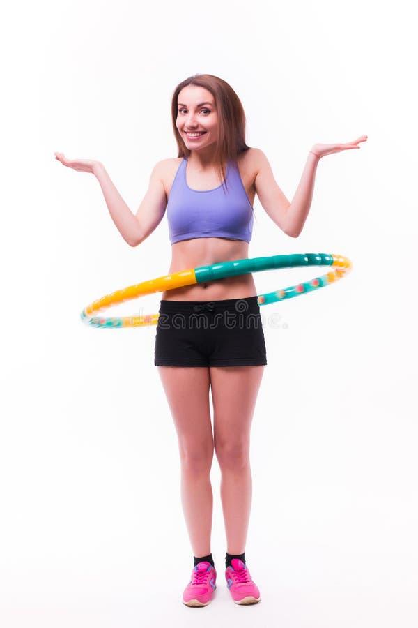 Junge Frau, die Übungen mit Band tut lizenzfreies stockfoto