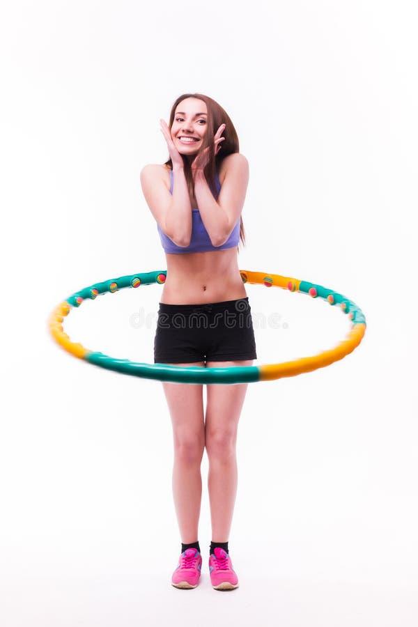 Junge Frau, die Übungen mit Band tut stockbilder