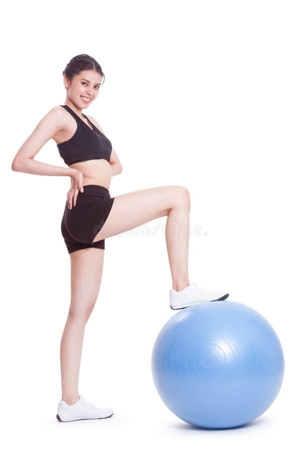 Junge Frau, die Übungen mit Eignungsball tut stockfoto