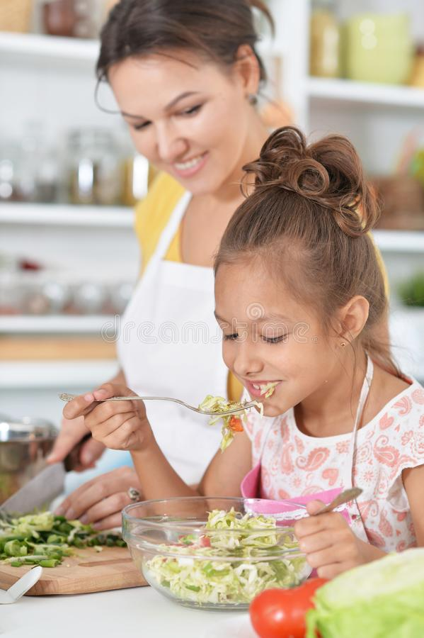 Junge Frau, die Abendessen vorbereitet stockfotos