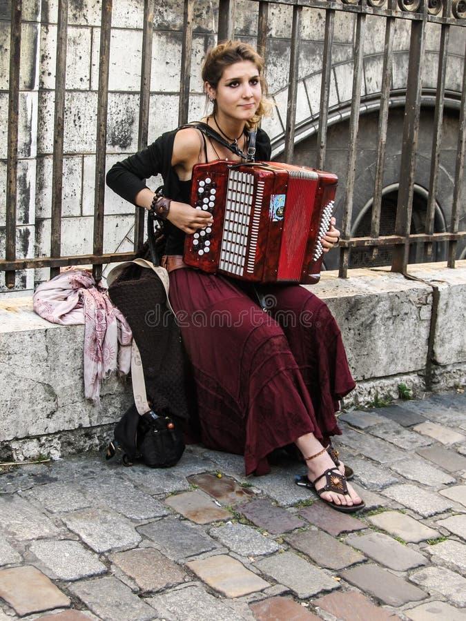Junge Frau, die Akkordeon auf den Straßen von Montmartre, Paris spielt stockbilder