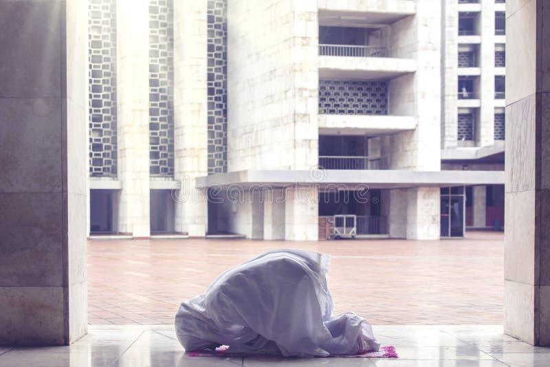 Junge Frau, die Allah in der Moschee anbetet stockfotos