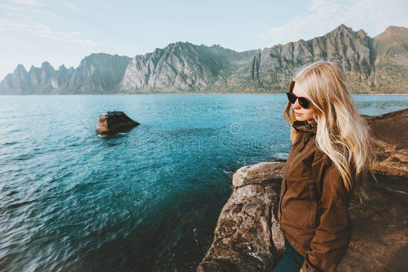 Junge Frau, die allein auf kaltes Meer des Strandes geht stockfotos
