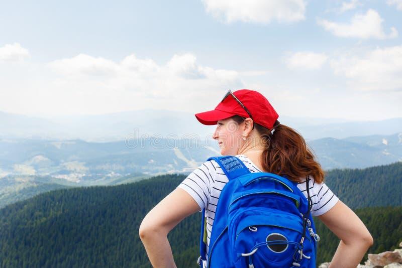 Junge Frau, die Ansicht von der Spitze des Berges genießt stockbilder