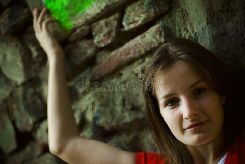 Junge Frau, die Arm anhebt lizenzfreie stockbilder
