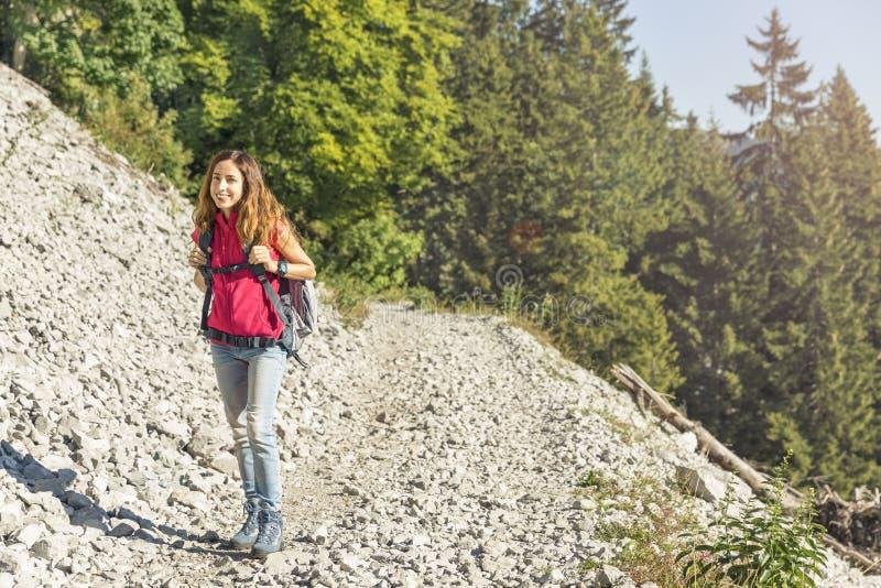 Junge Frau, die auf Bergen in der Schweiz wandert stockfotografie