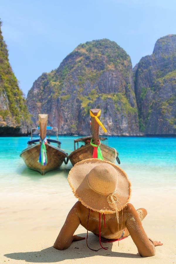 Junge Frau, die auf dem Strand bei Maya Bay auf Phi Phi Leh Isla sitzt stockbild