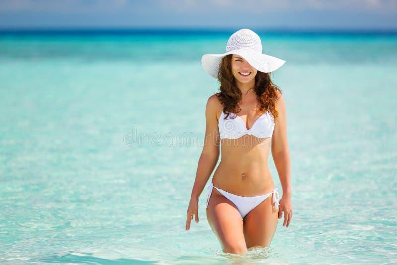 Junge Frau, die auf den Strand geht lizenzfreie stockfotos