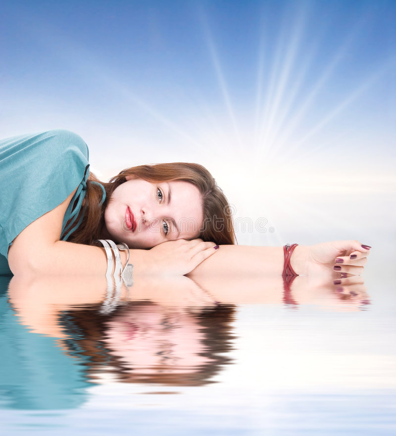 Junge Frau, die auf einer Wasseroberfläche stillsteht lizenzfreie stockfotografie