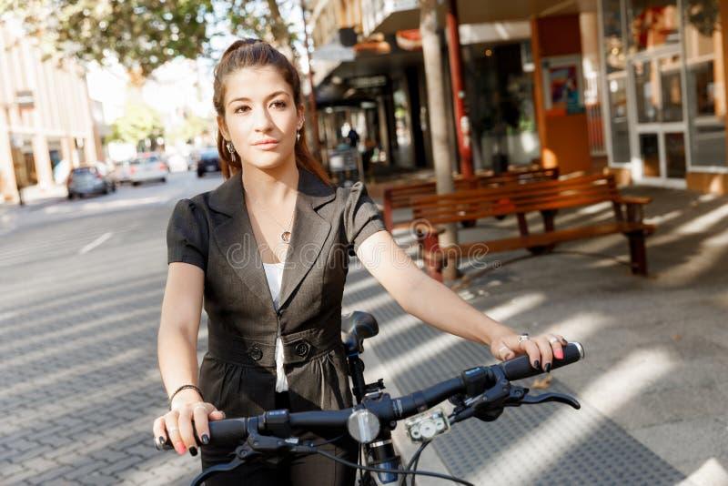 Junge Frau, die auf Fahrrad austauscht stockfotografie