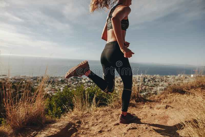 Junge Frau, die auf felsigem Weg rüttelt lizenzfreie stockfotografie