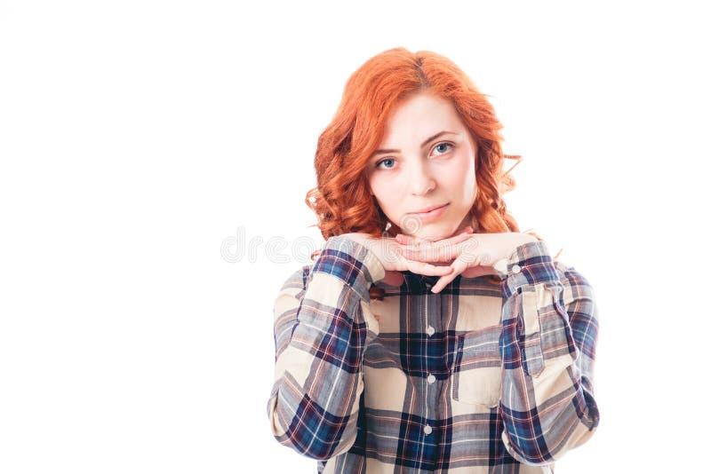 Junge Frau, die auf ihren Händen, lokalisiert über weißem Hintergrund sich lehnt lizenzfreie stockbilder