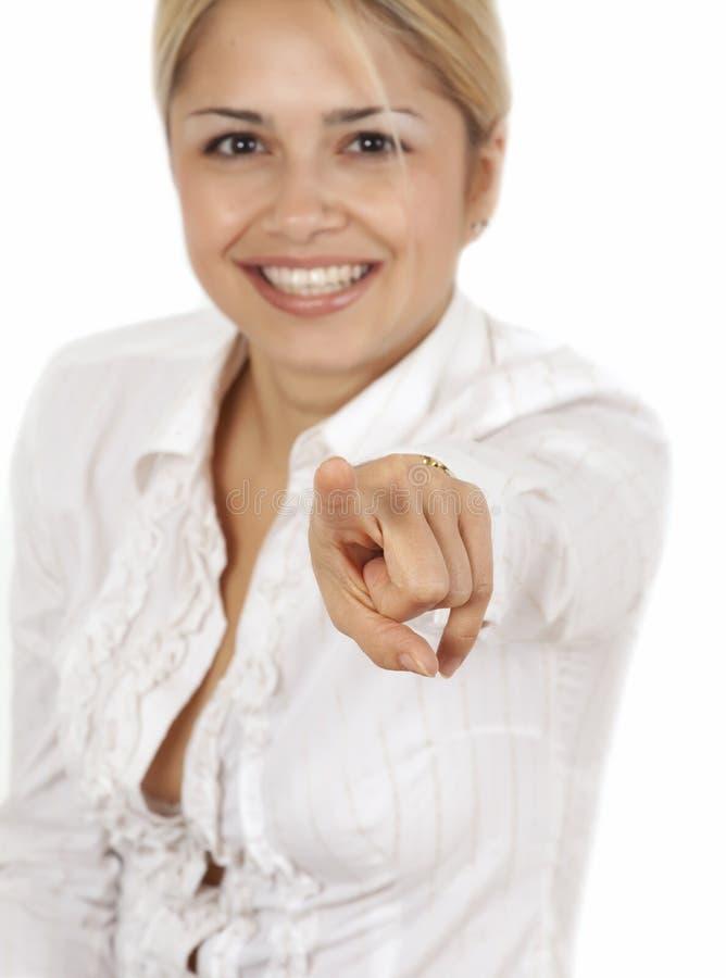 Junge Frau, die auf Kamera zeigt lizenzfreie stockfotos