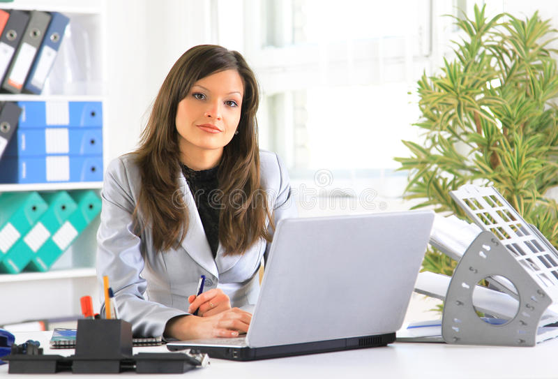 junge Frau, die auf Laptop-Computer schreibt lizenzfreie stockbilder