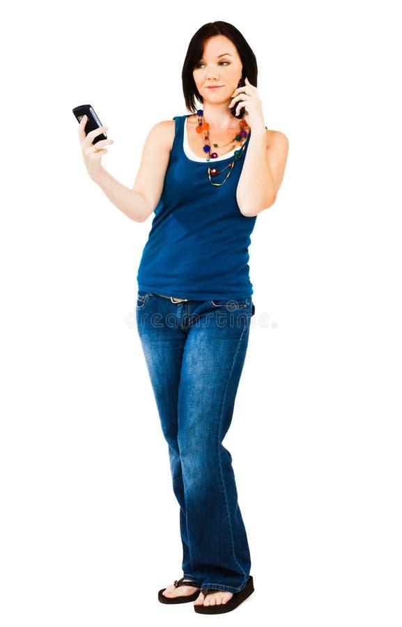 Junge Frau, die auf Mobile spricht lizenzfreie stockfotos