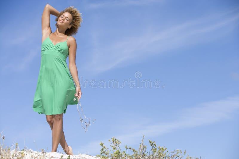 Junge Frau, die auf Strand geht stockfoto