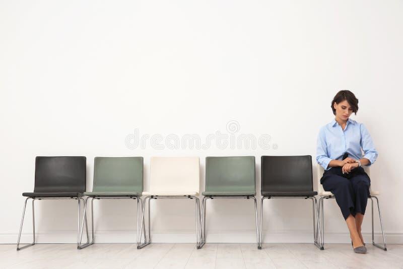 Faketittenluder auf einem Stuhl gebumst