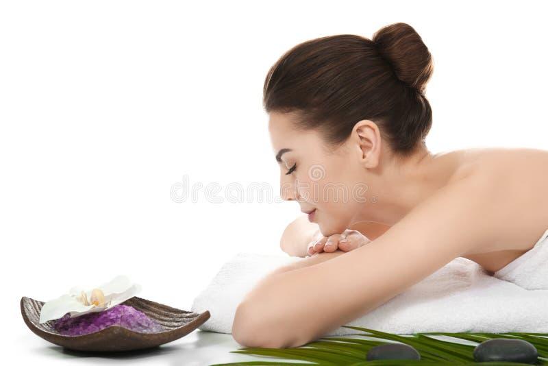 Junge Frau, die auf weißem Hintergrund sich entspannt Badekurort - 7 lizenzfreies stockfoto