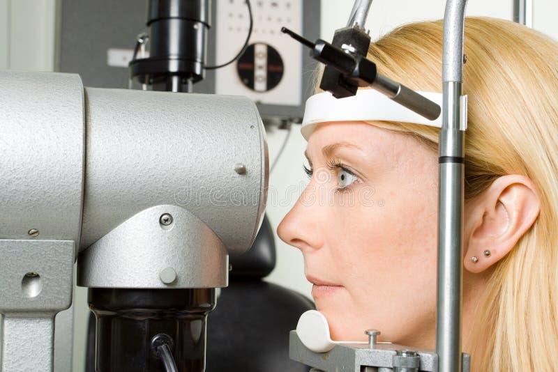 Junge Frau, die Augenprüfung hat lizenzfreie stockbilder